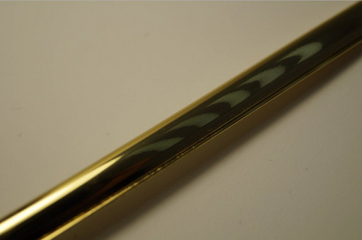 U-образная золотая вставка на решетку вентиляции