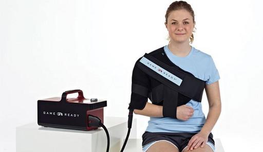 Охлаждающие и компрессионные бандажи Game Ready, подключаемые к устройству. Плечо
