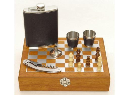 Набор с шахматами в дереве - фляга, стопки,штопор, рюмки - QZ8